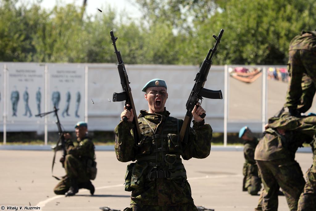 Показательное выступление военнослужащих полка (Demonstration of VDV)