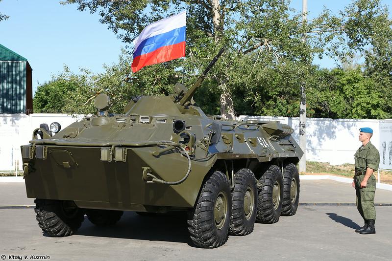 На вооружении полка нет традиционных БМД, а только колесные БТР-80 (BTR-80 APC)