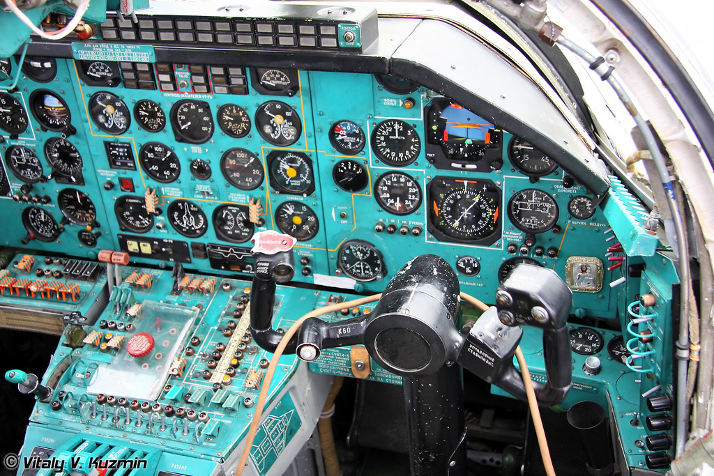 Место помощника командира корабля Ту-22М3 (Tu-22M3 cockpit - Second pilot panel)