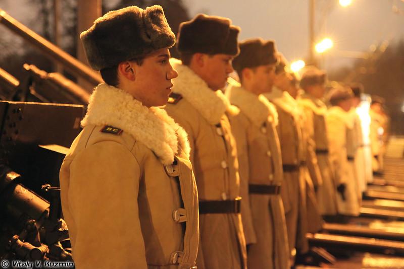 В этом году личный состав расчетов, на вооружении которых стоят прославленные ЗИС-3, символично был одет в соответствующие белые полушубки (This year the personnel of artillery battery of the Battalion was symbolically dressed in WW2 time sheepskin coats).