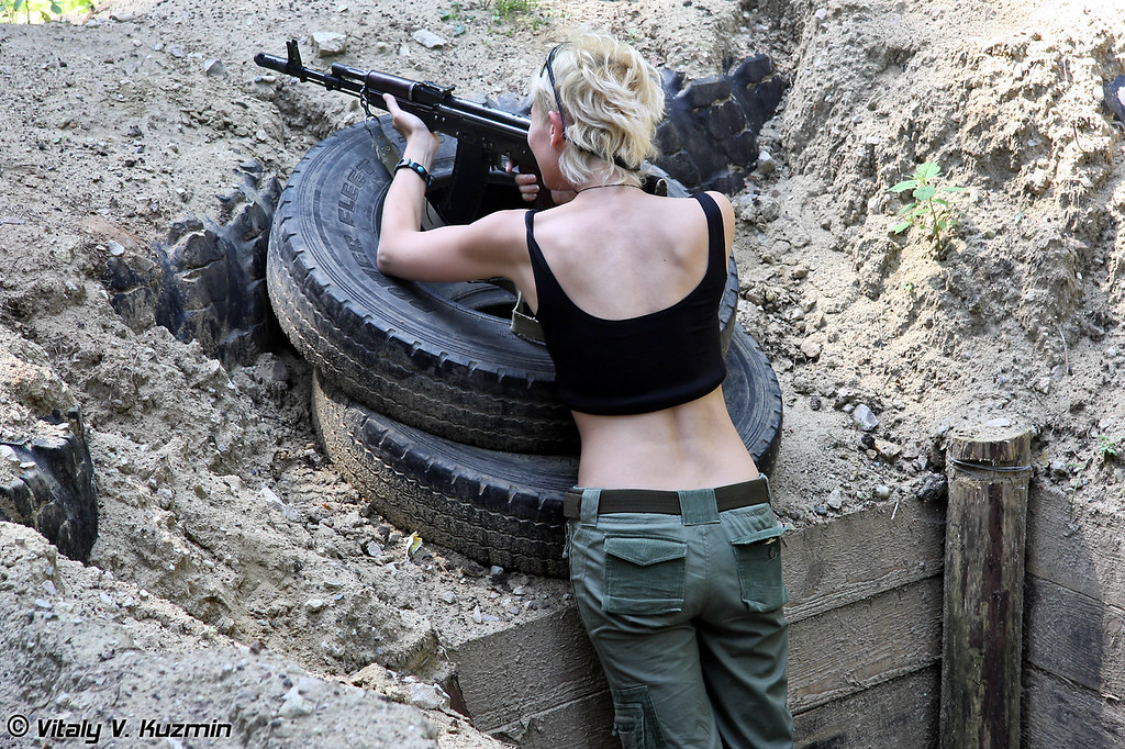 Девушка стреляет из АК-74М (A lady shooting AK-74M)