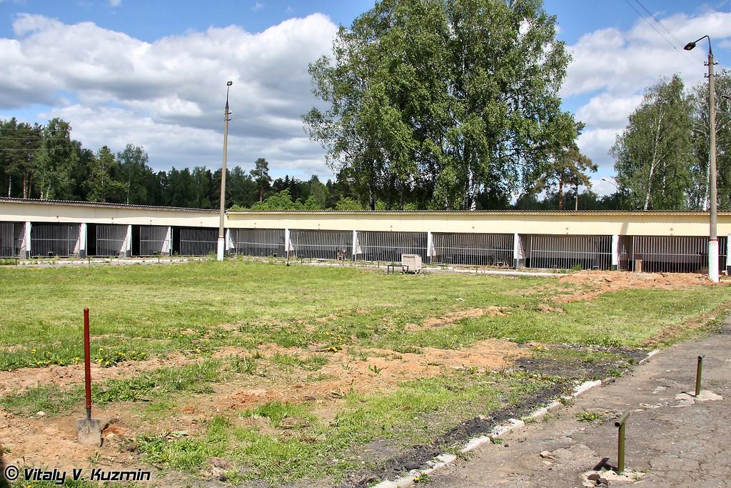 Места содержания служебных собак одного из учебных батальонов Центра (Cage housing place of one of the Training battalions)