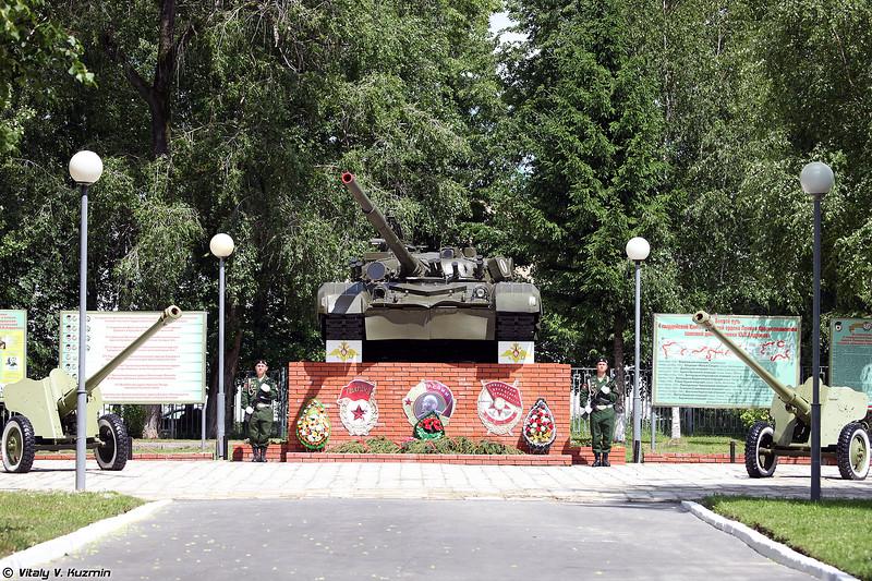 Памятник на территории дивизии (Monument to the tankmen inside the military base)