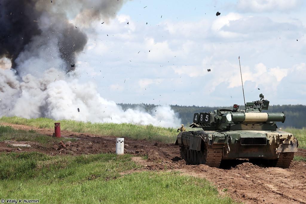 Показательные стрельбы танков Т-80У на полигоне Кантемировской дивизии (Live firing demonstration of T-80U tanks at Division's training range)