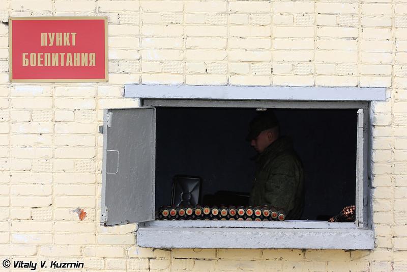 Пункт боепитания, можно заметить 30-мм снаряды для пушки 2А42 (Munitions supply post, you can notice 30mm cartridges for 2A42 gun)