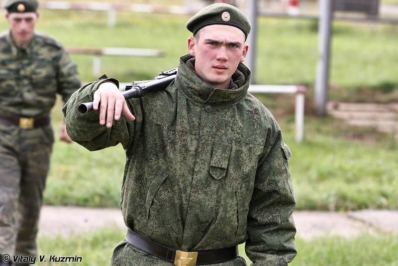 Суровый взгляд и пулемет ПКТ на плече (Serious look and PKT machine gun)