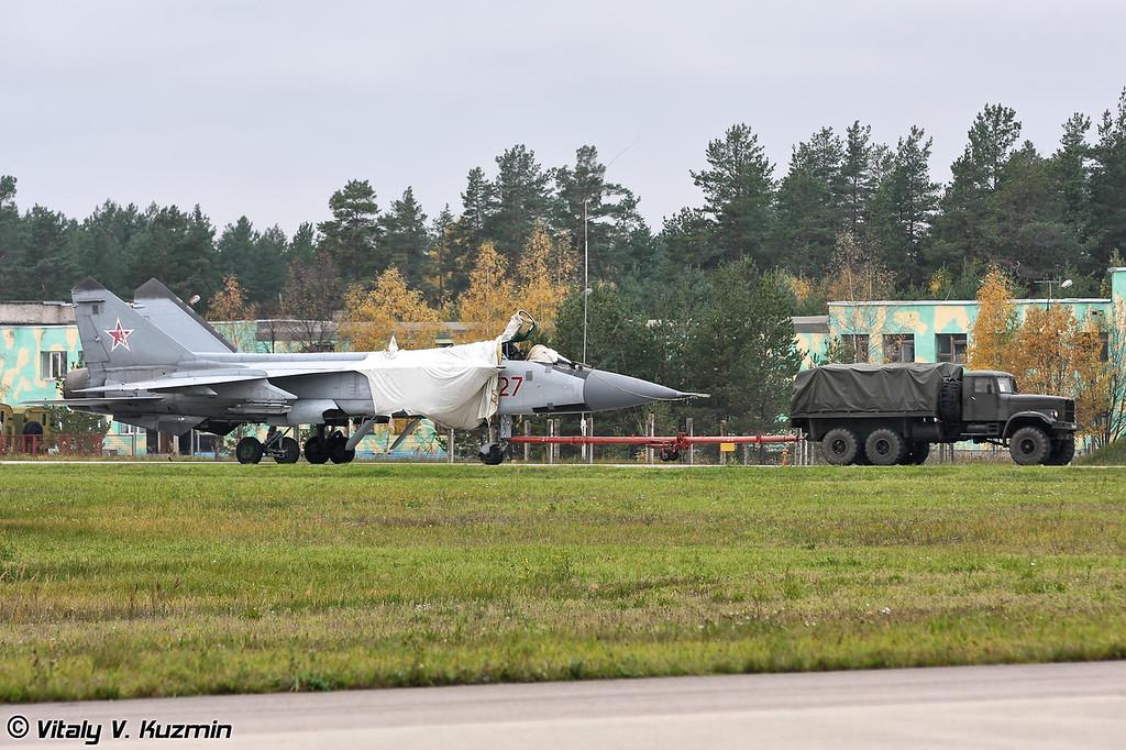 МиГ-31 бортовой номер 27 Красный буксируют в капониры эскадрилии (MiG-31 27 Red towed to the ramp)