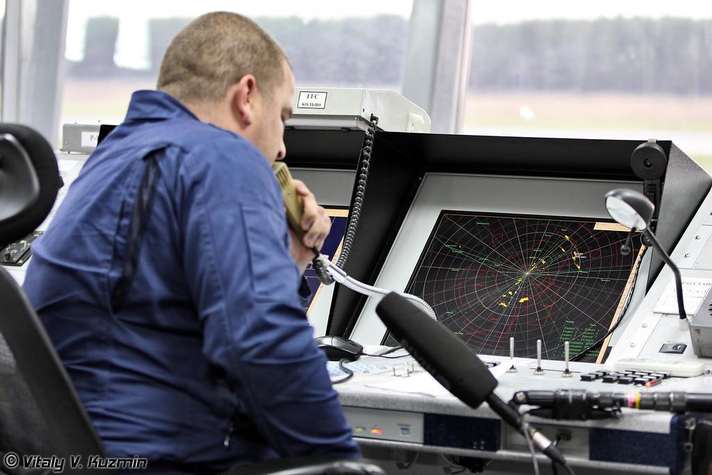 Далее нас пригласили посмотреть работу руководителя полетов на командно-диспетчерском пункте КДП. (After the landings we went to air traffic control tower)