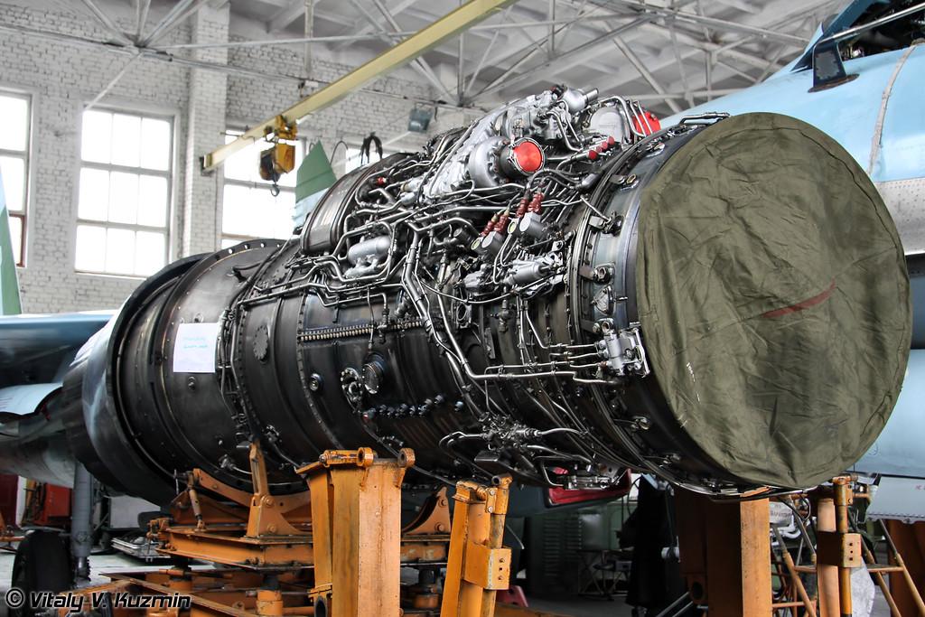 Демонтированный двигатель АЛ-31Ф. На каждом имеется табличка с серийным номером и причиной демонтажа. В данном случае и в основном - выработка ресурса. (Unmounted AL-31A engine)