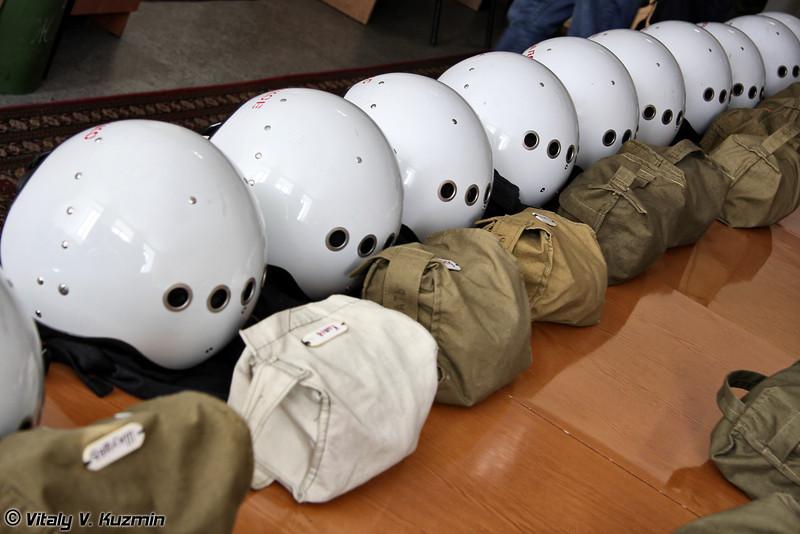 Шлемы ЗШ-7А летного состава и авиационный спасательный пояс АСП-74В (ZSh-7A helmet and aviation life belt ASP-74B)