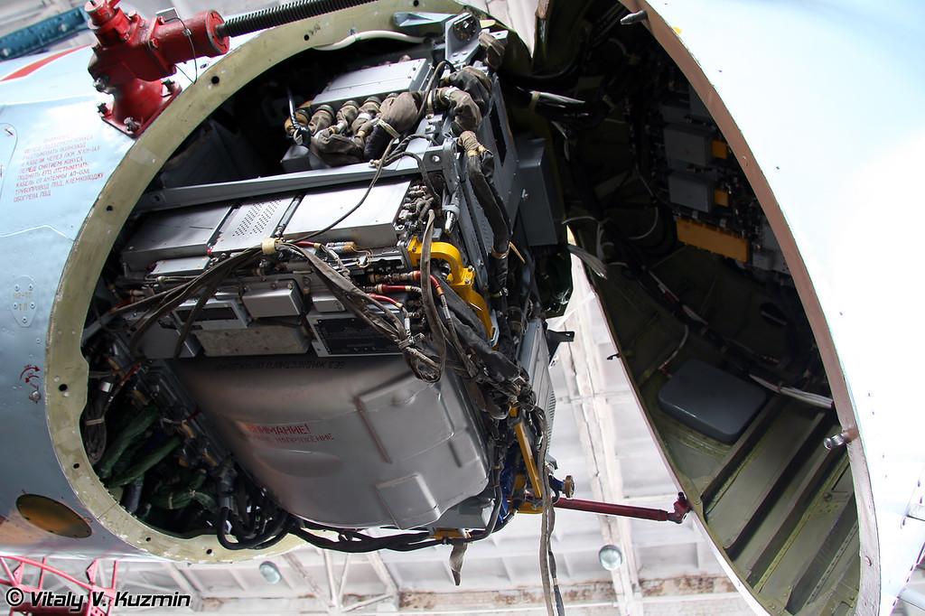 Носовой отсек оборудования с блоками РЛС (Opened radome with radar equipment modules)
