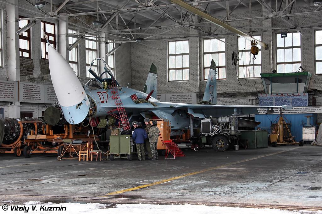 Су-27 бортовой номер 07 с поднятым радиопрозрачный носовым обтекателем в ангаре ТЭЧ на обслуживании (Su-27 07 Red maintenance)