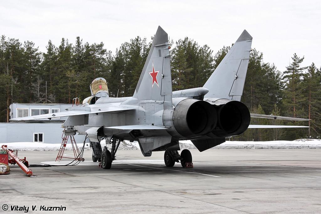 Комбинированный walkaround нескольких МиГ-31 1-й и 2-й эскадрилий, проходящих предполетную подготовку. (Combined walkaround of several MiG-31s from 1st and 2nd Air Squadrons, prepared for the flights)