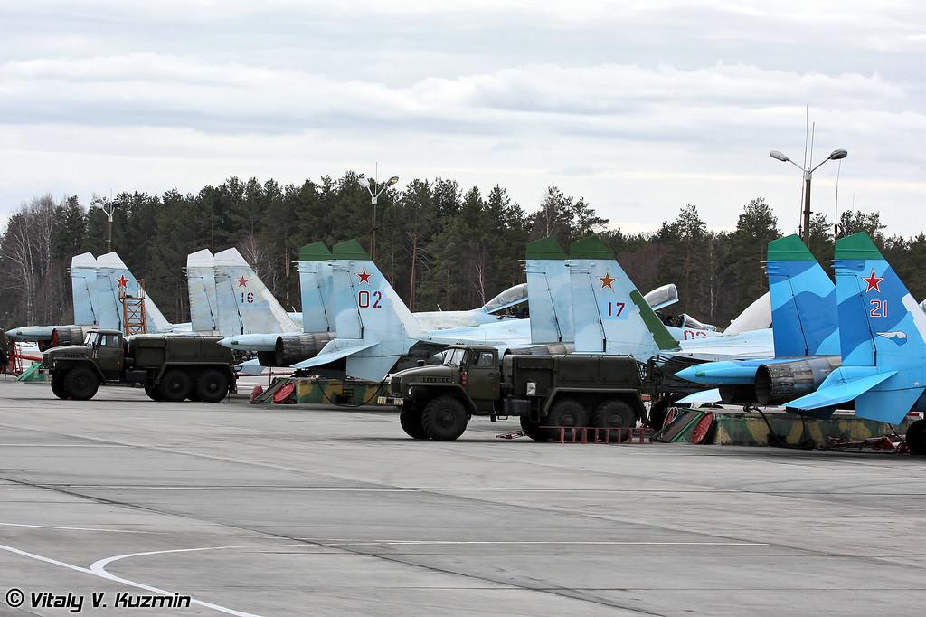 Несколько Су-27 3-й авиационной эскадрильи, остальные стоят на стоянке эскадрильи либо проходят обслуживание в ТЭЧ (Several Su-27s from 3rd Air Squadron, others are on the maintenance)