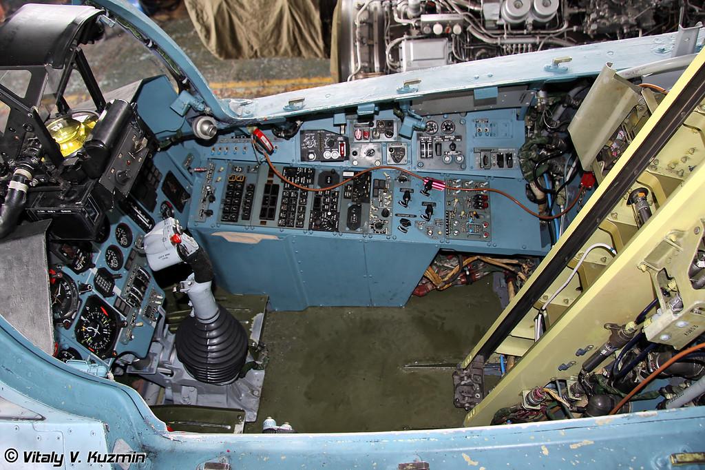 Кабина Су-27 с демонтированным катапультным креслом (Su-27 cockpit with unmounted ejector seat)