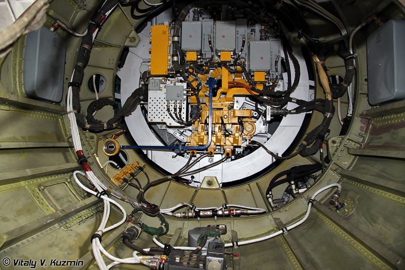 Задняя часть антенны РЛС, расположенной в радиопрозначном носовом обтекателе (Radar backside inside radome)