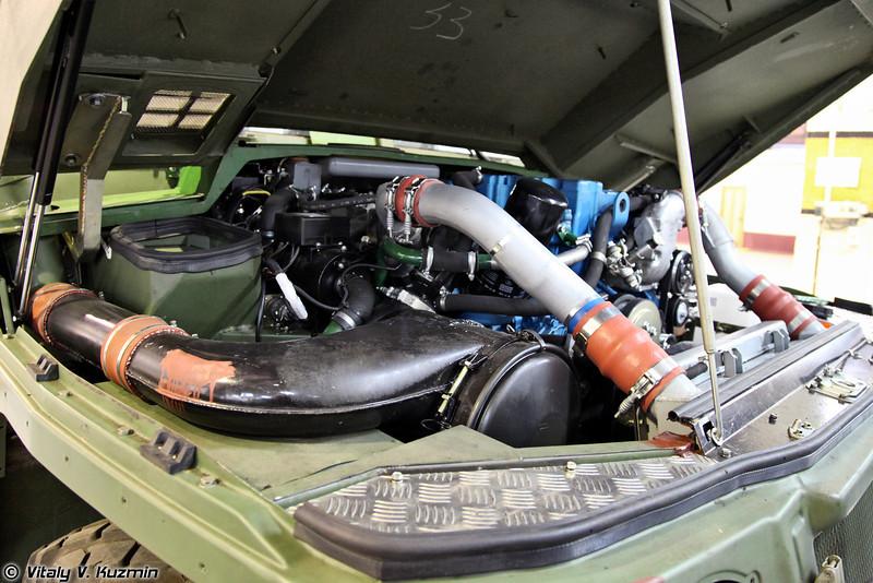 На бронеавтомобиль Тигр-М устанавливается дизельный двигатель ЯМЗ-534 с турбонаддувом и мощностью 215 л.с. (YaMZ-534 diesel engine with 215 hp)
