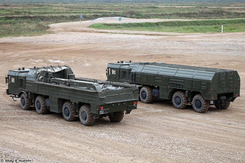 Транспортно-заряжающая машина 9Т250 и СПУ 9П78-1 с ракетами 9М723К5 ОТРК 9К720 Искандер-М (9T250 transloader and 9P78-1 TEL with 9M723K5 missiles of 9K720 Iskander-M SRBM system)