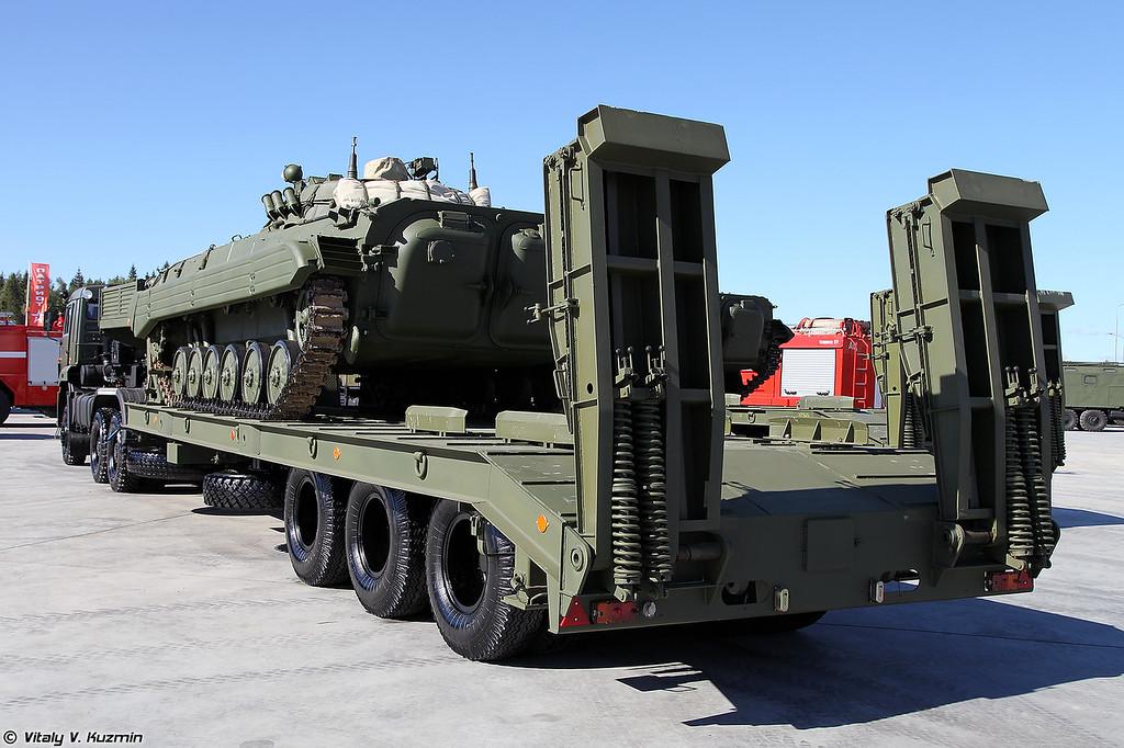 Седельный тягач КАМАЗ-65225 с полуприцепом ЧМЗАП-9990-0000073-03 (KAMAZ-65225 tractor unit with ChMZAP-9990-0000073-03 trailer and BMP-2)