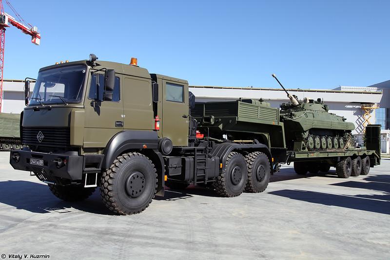 Седельный тягач Урал-63704 с полуприцепом ЧМЗАП-9990-0000073-03 (Ural-63704 tractor unit with ChMZAP-9990-0000073-03 trailer and BMP-2)