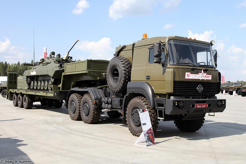 Седельный тягач Урал-63704 с полуприцепом ЧМЗАП-9990-0000073 и БМП-2К (Ural-63704 tractor unit with ChMZAP-9990-0000073 trailer and BMP-2K)