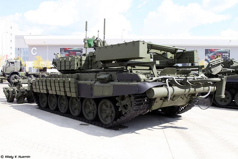 Бронированная машина разминирования БМР-3МА с минным тралом ТМТ-С (BMR-3MA mine-clearing vehicle and TMT-S mine plow)