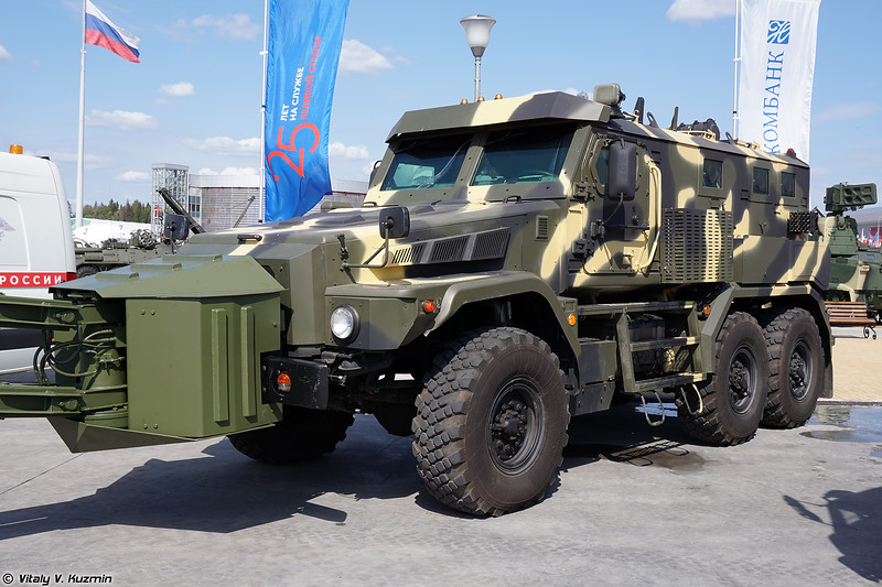 Бронеавтомобиль Патруль 6х6 с минным тралом (Patrul 6x6 armored vehicle with mine rollers)
