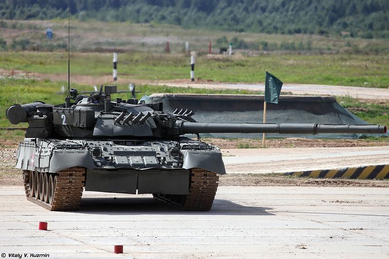 Танковый балет и показательные выступления на танках Т-80У (T-80U tank ballet)