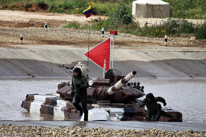 Команде Венесуэлы подогнали резервный танк, на котором они продолжили прохождение трассы (Venezuelian crew finaly got the reserve tank and continued the race)