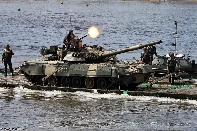 Перевозка Т-80У на пароме (Russian team pontoon ferry with T-80U tanks)