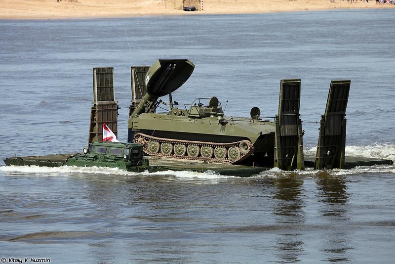 Паромно-мостовая машина ПММ-2М переправляет установку разминирования УР-77 Метеорит (UR-77 Meteorit mine clearing vehicle on PMM-2M self-propelled ferry vehicle)