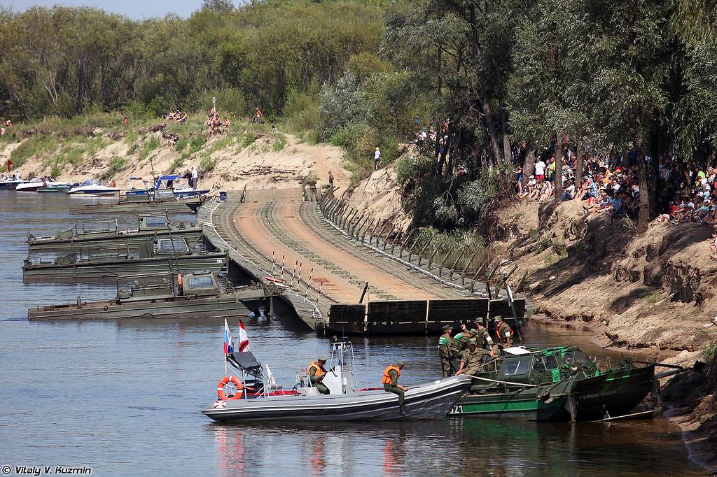 Понтонный мост для гостей соревнований для пересечения Оки собран из понтонного парка ПМП (Pontoon bridge for the visitors constructed from PMP floating bridge)