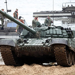 ????? ?-72?1 ?? ????? (Unloading of T-72B1 from the ferry)