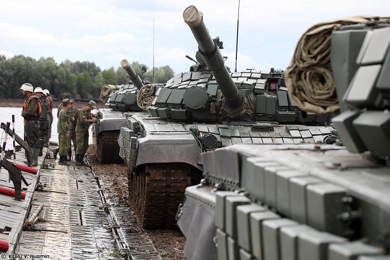 Переправа танков Т-72Б1 через Оку (Pontoon ferry for T-72B1 across the Oka river)