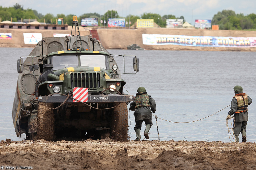 Сброс звеньев понтонно-мостового парка ПМП (Dropping the pontoons of PMP floating bridge)