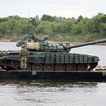???????? ?????? ?-72?1 ?? ????? (Loading T-72B1 tanks to pontoon ferry)