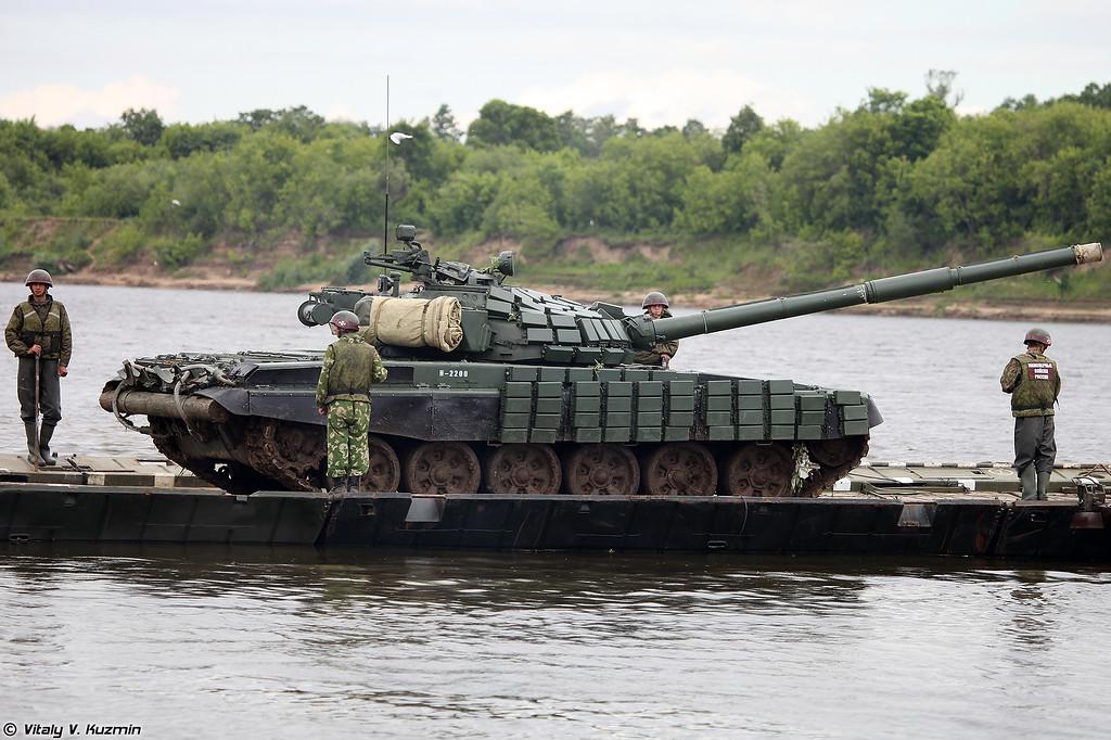 Погрузка танков Т-72Б1 на паром (Loading T-72B1 tanks to pontoon ferry)