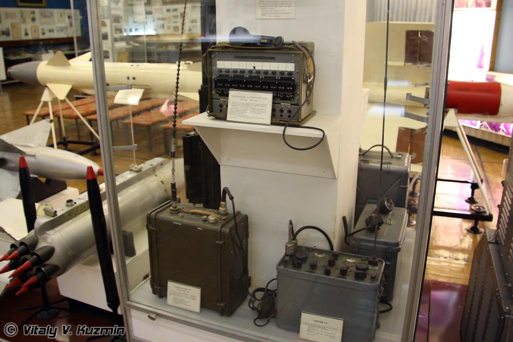 Телефонный коммутатор П-193, радиостанции Р-109 и РБ-М (P-193 telephone exchange, radiostations R-109 and RB-M)