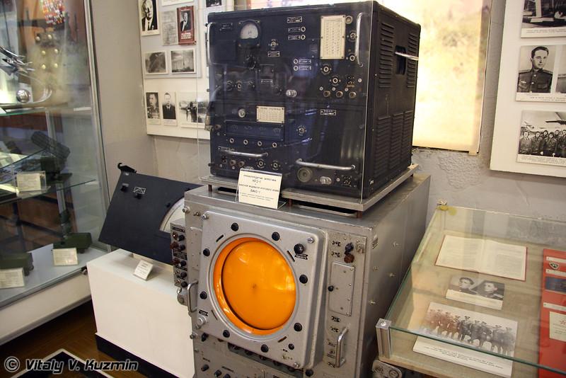 Приемопередатчик запросчика НРЗ-1 и выносной индикатор кругового обзора ВИКО-1 (Receiver-transmitter NRZ-1 and circular vision display VIKO-1)