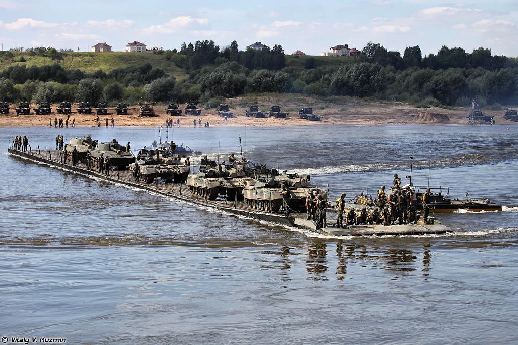 Ротный паром команды Сербии и перевозка танков Т-80У и САУ 2С1 Гвоздика (Serbian team pontoon ferry for T-80U and 2S1 Gvozdika)