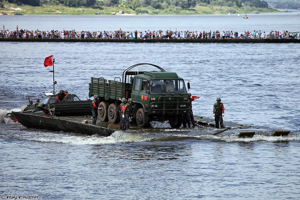 Перевозка грузового автомобиля на пароме китайской команды (Chinese team pontoon ferry)