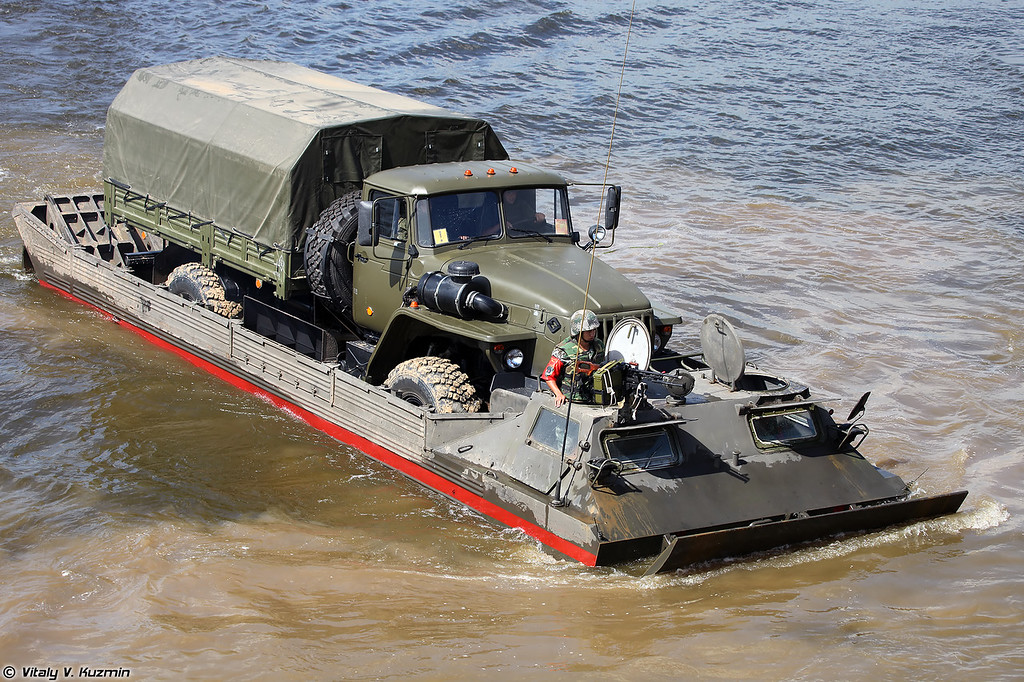 ПТС-2 переправляет Урал-43206 (PTS-2 ferries Ural-43206)