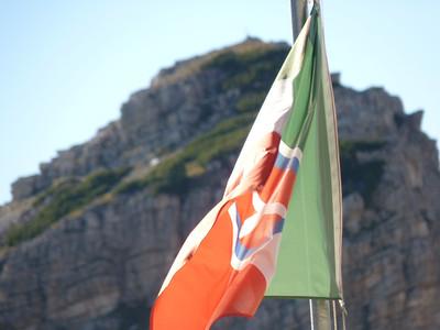 la bandiera con stemma sabaudo - sullo sfondo il Sass di Stria