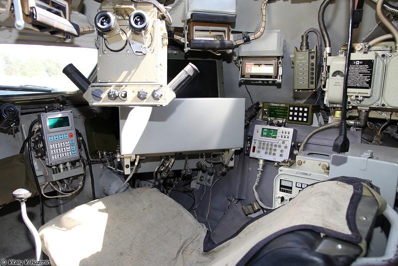 Место командира имеет также пульт управления РЛС, что позволяет выполнять все функции оператора РЛС (Commander's place also has radar control panel)
