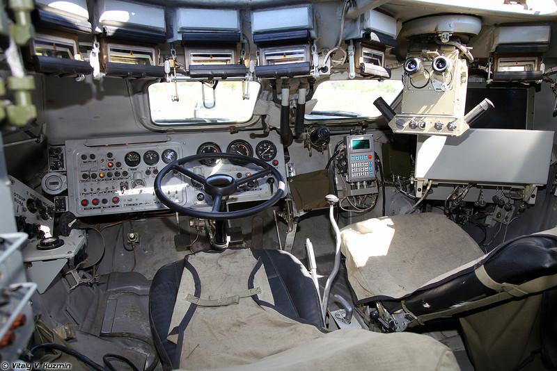 Общий вид на места механика-водителя и командира (View of driver and commander places)
