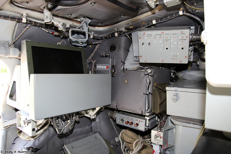 Место оператора РЛС и пульт управления в сложенном состоянии (Radar operator's place with folded radar control panel)