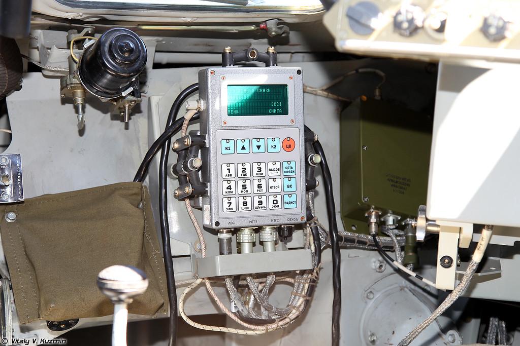 Различная аппаратура связи и навигации, установленная на месте командира (Various signal and navigation devices mounted near the commander)