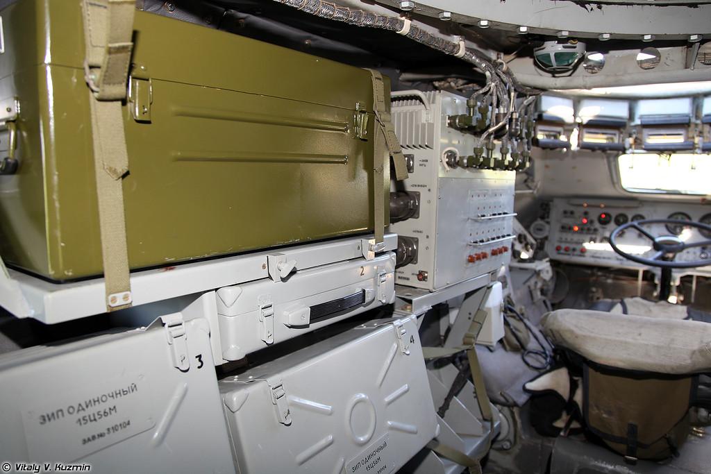 В зеленом ящике находится переносной искатель неконтактных взрывных устройств ИНВУ NR-900 EK (NR-900 EK non-linear junction detector is in the green box)