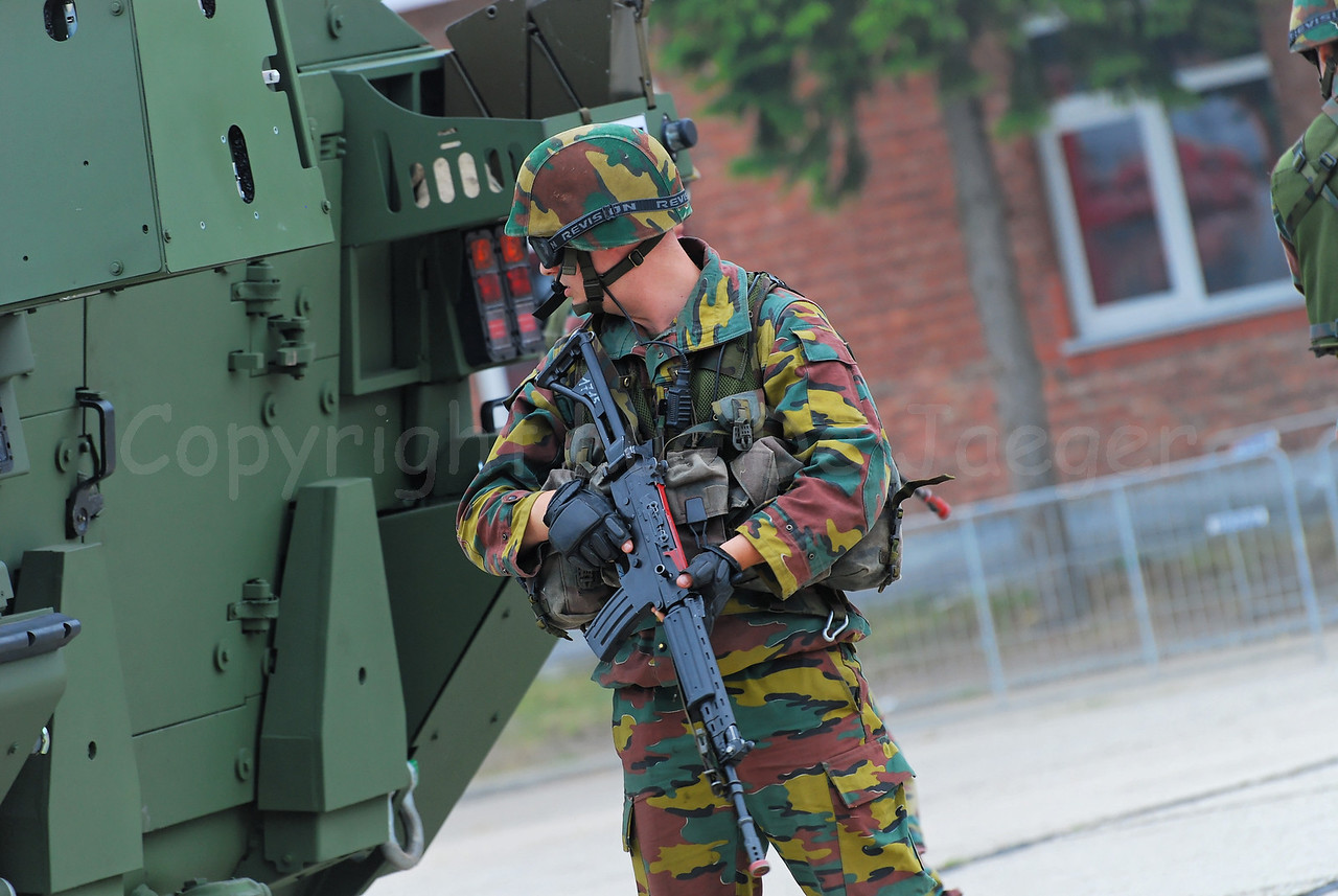 Just in service: the brand new AIV (Armoured Infantry Vehicle) Piranha IIIC manufactured by MOWAG that will replace the Leopard 1A5 MBT in the Belgian Army. The infantry soldier in front of the AIV handles the FN FNC assault rifle.