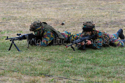 Belgian paratroopers aiming their FN rifles.